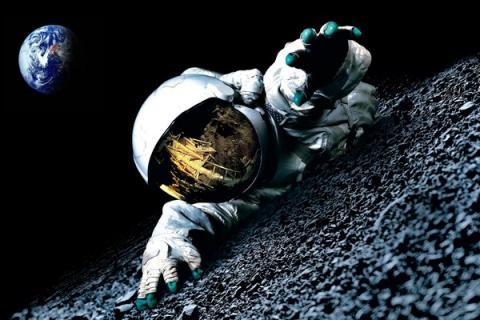 Присутствие пришельцев на Луне отразилось в козырьке астронавта Аполлон