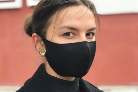 Человек в тканевой маске