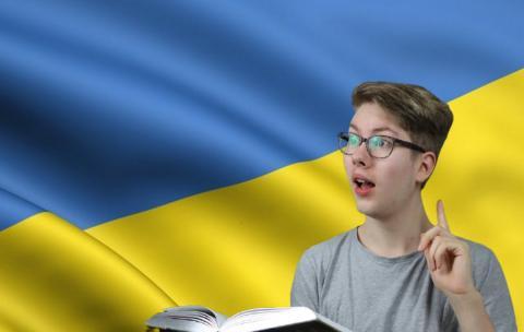 Школьник с учебником