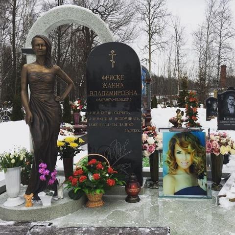 Новую фотографию могилы Жанны Фриске выложила в  Instagram ее сестра