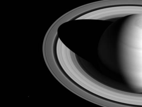Уникальные фотографии колец Сатурна опубликовали ученые NASA