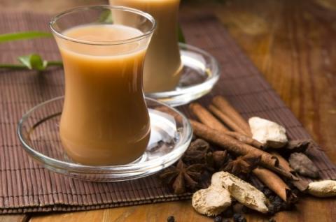 Ученые раскрыли, чем опасен чай с молоком