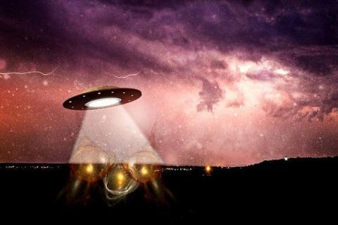 Светящийся инопланетный спутник в глубоком космосе привлек внимание уфолога