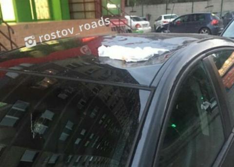 В Ростове памперс, который был выброшен из окна, помял авто