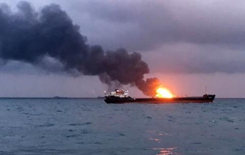Названа возможная причина возгорания судов в Керченском проливе
