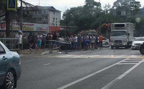 В Сочи автомобиль влетел в толпу пешеходов. Есть погибший (ФОТО+ВИДЕО)