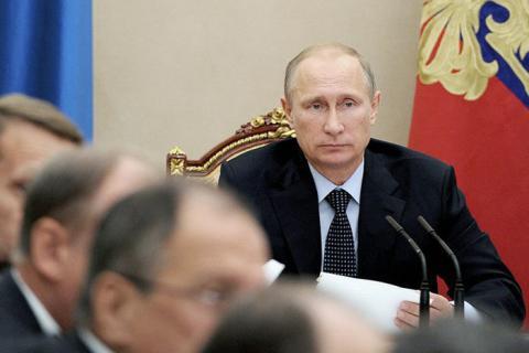 Путин поручил начать с 2018 года переход на рублевые расчеты в портах