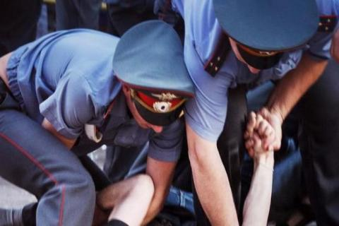 Одного выстрела недостаточно: в Ростовской области двое полицейских еле справились с пьяным лихачом