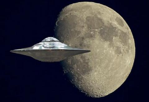 На фоне «кровавой Луны» промчался НЛО: в Сети обсуждают шокирующие кадры