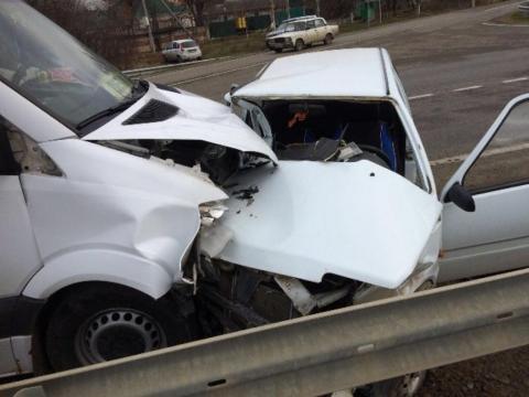На Ставрополье пожилой водитель умер за рулем и врезался в автобус с детьми