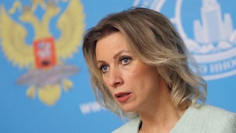 Захарова: на Украине должны понимать, по кому ударит введение виз с Россией