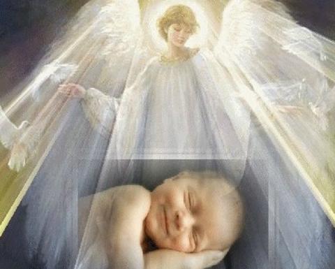 Ангела-хранителя, парящего в небе, удалось запечатлеть семилетнему мальчику во время полета на самолете