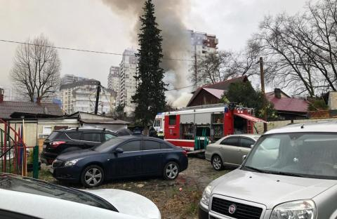 Сильный пожар в Новороссийске: загорелась крыша многоквартирного дома, эвакуированы люди