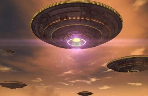 Инопланетяне открыто летают возле Земли, демонстрируя свои корабли на фоне Луны