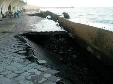 Видео разрушенной штормом набережной в Лоо попало в Сеть