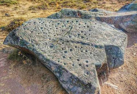 Тайные знаки на древних каменных плитах служат доисторическими посланиями, обращенными к будущим поколениям