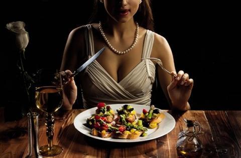 Диетологи рассказали, какие продукты можно и нужно есть вечером
