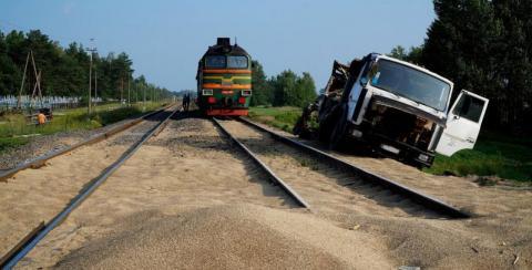 В Азове МАЗ и тепловоз столкнулись на совершенно пустой дороге – подробности аварии