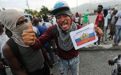 В Гаити протестующие призвали на помощь РФ и сожгли американский флаг