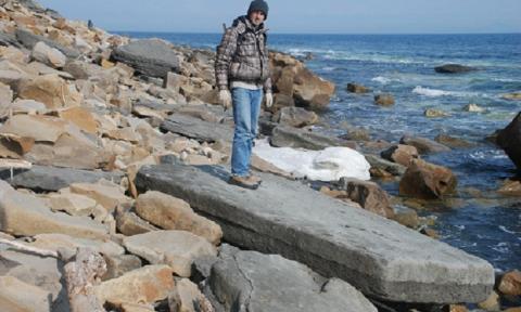 Необычная находка на острове Русский: загадочная плита с металлическими вкраплениями