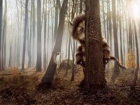 Леший застрял между двух деревьев в лесу, отпугивая отдыхающих в России
