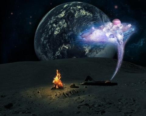 На Луне пришельцы развели костер в одном из кратеров