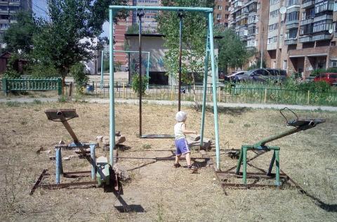 В Ростове дети играют на площадке, которая представляет реальную угрозу жизни
