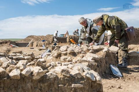 В Крыму археологи нашли фрагменты барельефа Богородицы с младенцем на руках