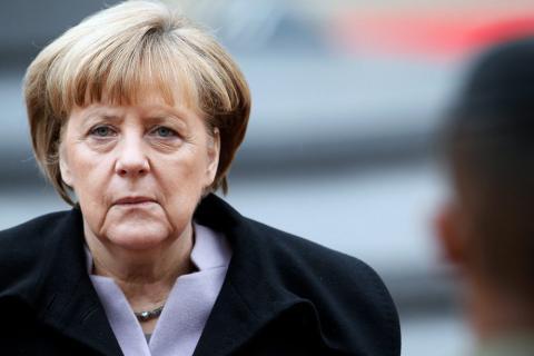 Не смогла сказать ни слова по-немецки: Медведев заставил Меркель забыть родной язык
