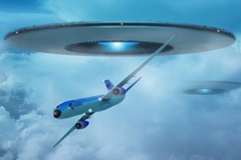 Летающая тарелка пролетела рядом с самолетом: загадочные кадры опубликованы в Сети