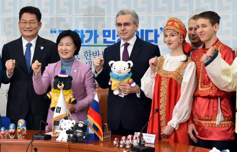 Плевать на запрет: В Корее иностранцы встречают наших спортсменов с флагами России