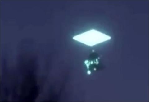 В Якутии запечатлели светящийся НЛО, скрывающийся в небесном портале