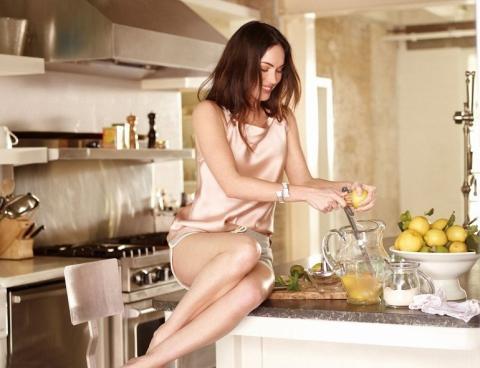 Стройная девушка на кухне готовит