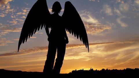 Таинственный силуэт библейского персонажа в полный рост на облаках озадачил канадца