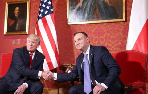 """Фото Дональда Трампа и президента Польши вызвало скандал: """"Синдром холопа"""""""