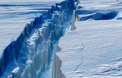 Антарктида раскалывается пополам: ученые обнаружили во льдах две массивные трещины