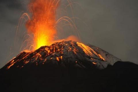 Извержение грозного вулкана Килауэа принимает новые обороты, угрожая жителям «лавовыми бомбами»