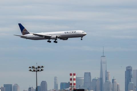 Внеземной вирус обнаружен на борту самолета United Airlines
