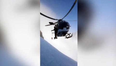 Невероятные кадры спасения лыжника в Альпах на вертолёте, появились в сети