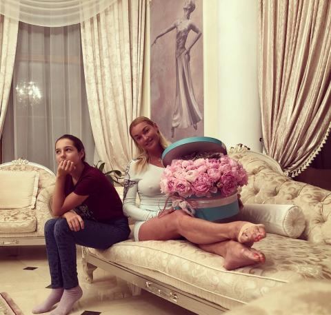 Отказалась от дочери: Волочкова останется в Новый год без 13-летней Ариадны