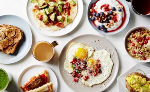 Яичница или каша: медики рассказали, что лучше есть на завтрак