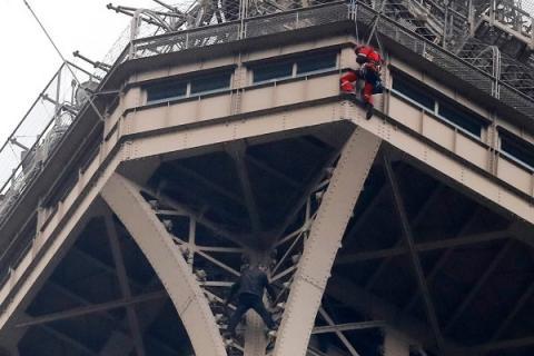 В Париже на Эйфелеву башню забрался россиянин
