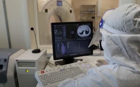 Врач изучает снимки КТ легких на компьютере
