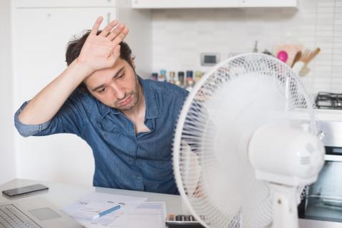 Человек под вентилятором