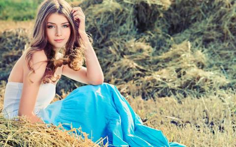 девушка с красивым женским именем сидит на траве