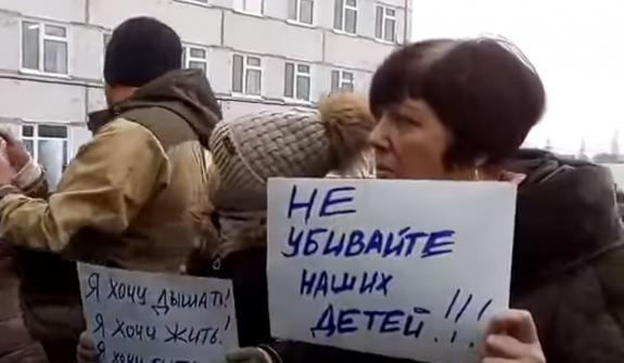 За детей: в Волоколамске главу района и губернатора Подмосковья побили на митинге