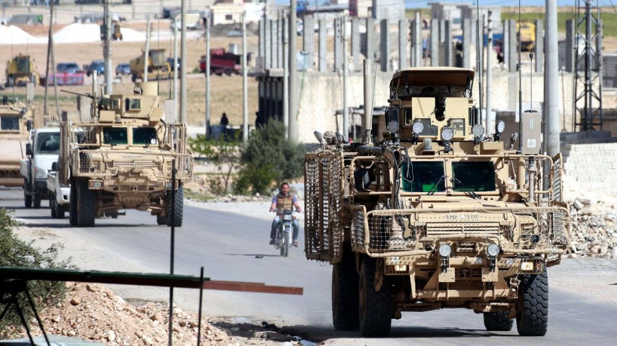Курды закидали помидорами покидающих Сирию американских военных