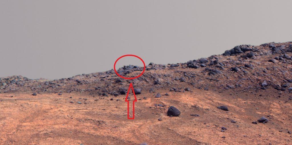На снимках Красной планеты уфологи обнаружили НЛО, по форме напоминающий осьминога.