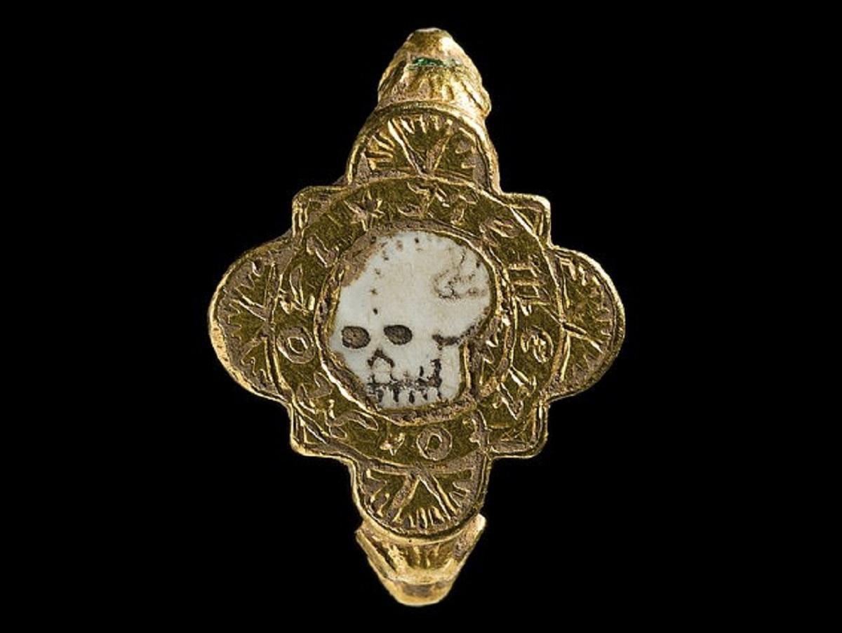 Металлоискатель обнаружил в Уэльсе средневековое золотое кольцо Memento Mori