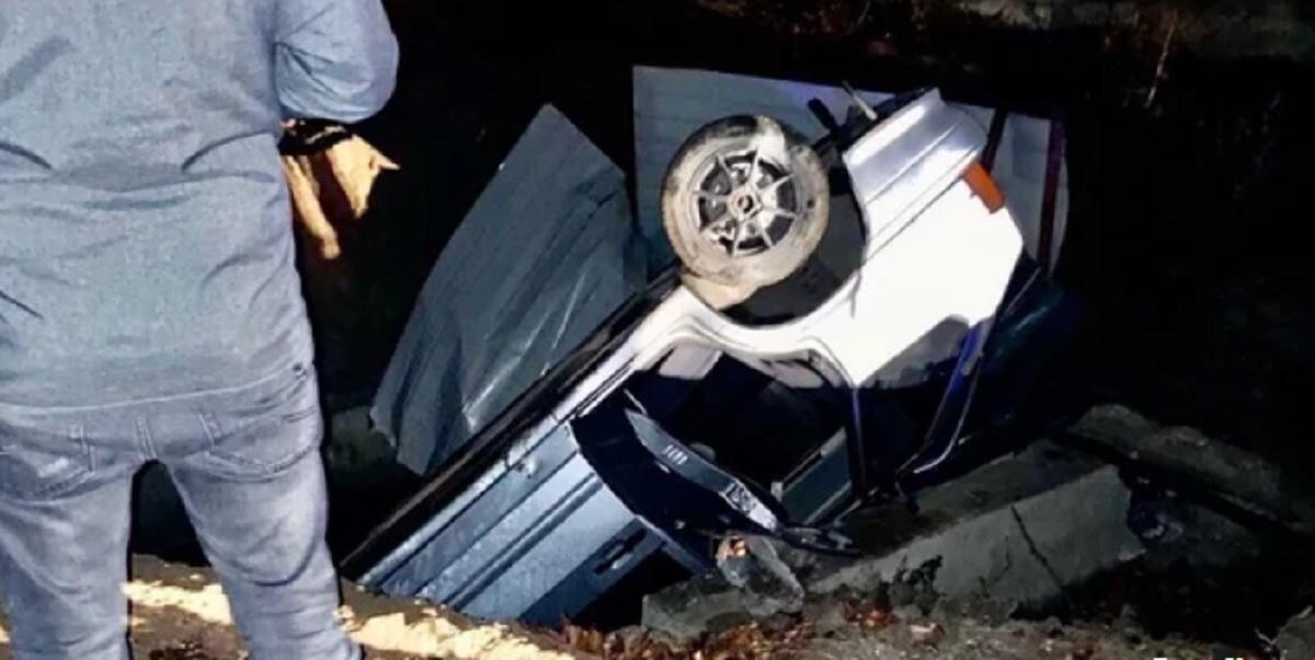 В Керчи под землю провалился легковой автомобиль